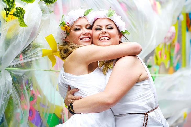 Dos chicas reclaman el matrimonio LGTB en el Orgullo de Sídney