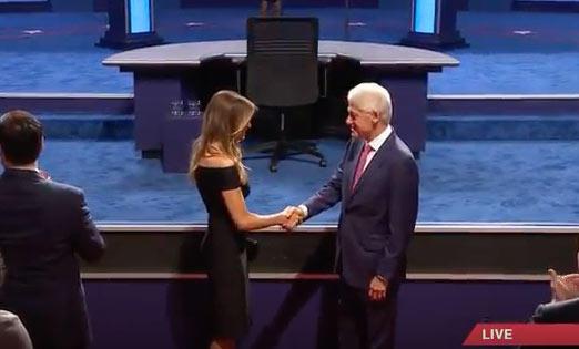 ¡Bill y Melania ya están en el debate! ¿Habrá copiado la mujer de Trump a alguien esta noche?