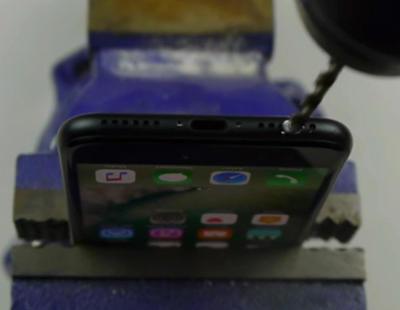 Hay gente taladrando su iPhone 7 para crear una entrada de auriculares
