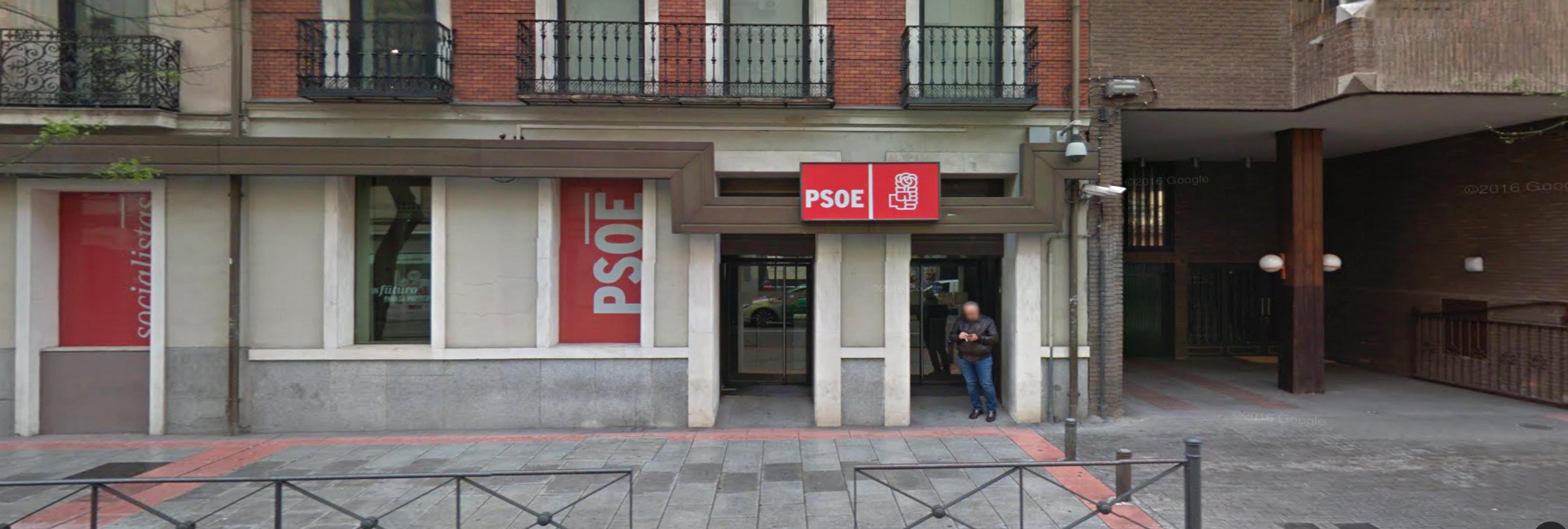 Los vecinos de Ferraz celebran la crisis del PSOE con el himno del PP a tope