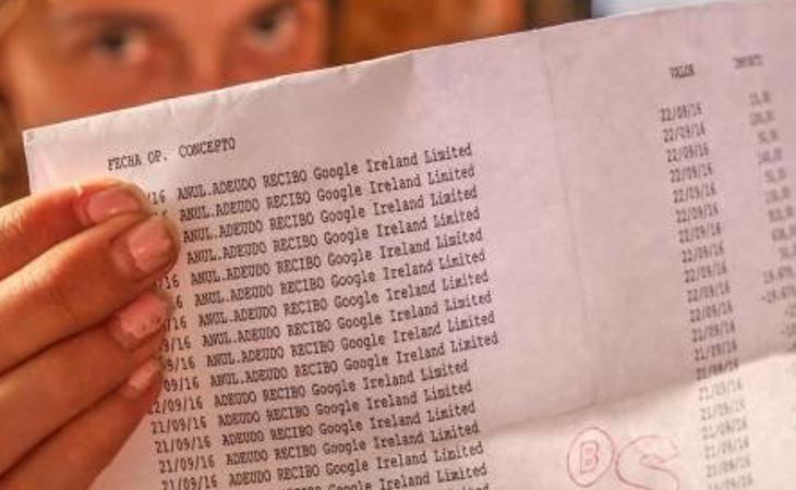 La madre con las facturas de Google