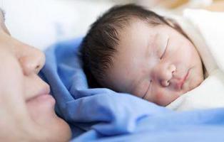 Un hospital de EEUU cobra 40 dólares por sostener a su bebé recién nacido