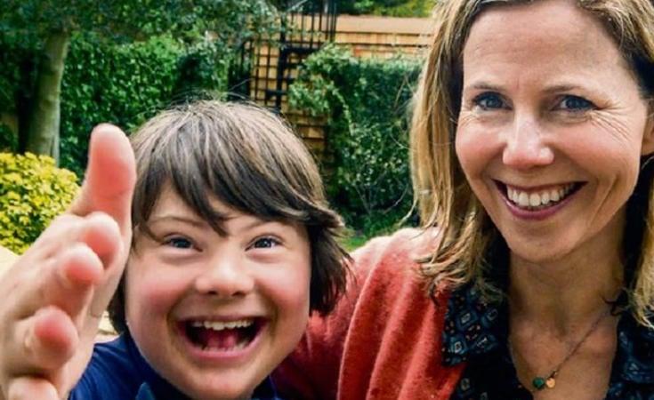 Sally Phillips junto a su hijo Olly