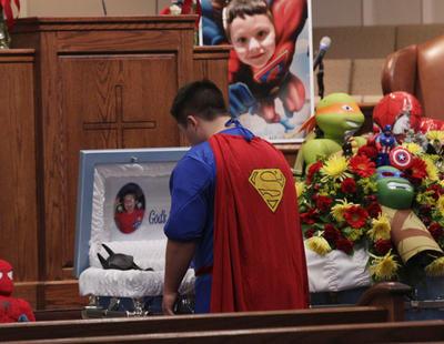 Entierran disfrazado de Batman a un niño de 6 años tras ser asesinado por un compañero del colegio