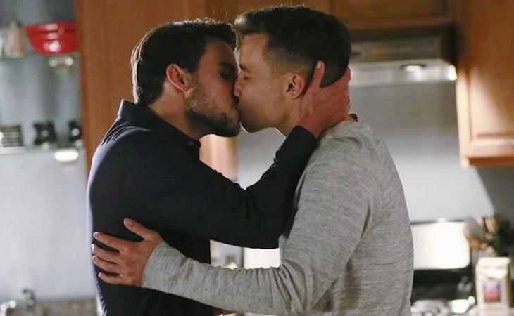 Los fans protestan por la censura de un beso entre dos hombres