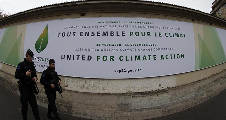 Cartel anunciando una de las conferencias de la Cumbre de París