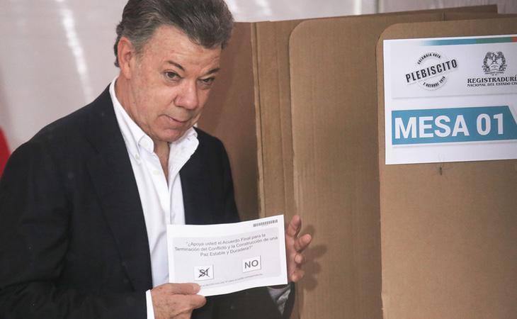 El presidente Santos votando en favor del sí