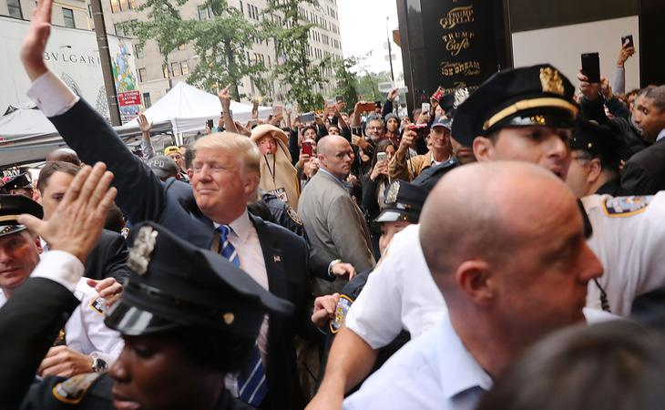 Protesta frente a la Torre Trump por las grabaciones machistas