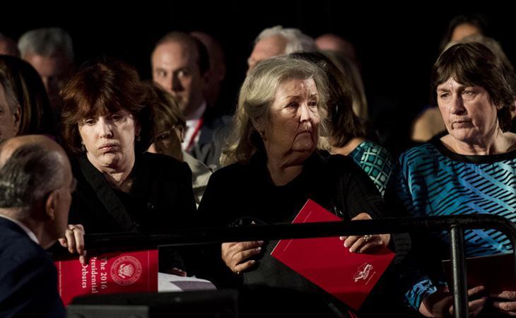 Las tres mujeres que han acusado a Bill Clinton de acoso sexual sentadas durante el debate