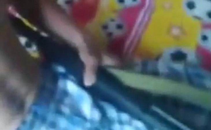 En el vídeo se ve el momento en que el joven se apunta con un arma