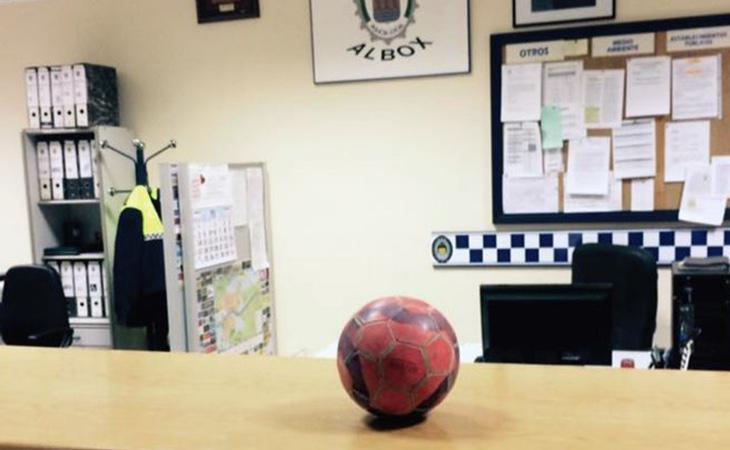 El balón arrestado por el alcalde a la espera de ser rescatado