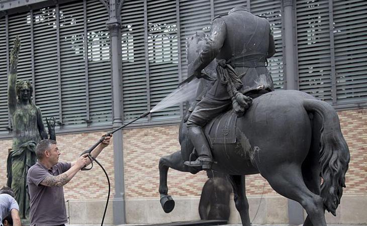 La escultura del Franco descabezado es recibida con huevos y abucheos