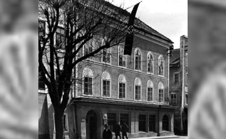 La casa hacia 1934, con una bandera nazi presidiendo la fachada
