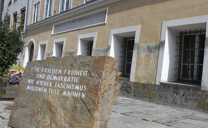 Placa delante de la casa. Traducción: 'Por la paz, la libertad y la democracia. Nunca más el fascismo. Millones de muertos nos advierten'