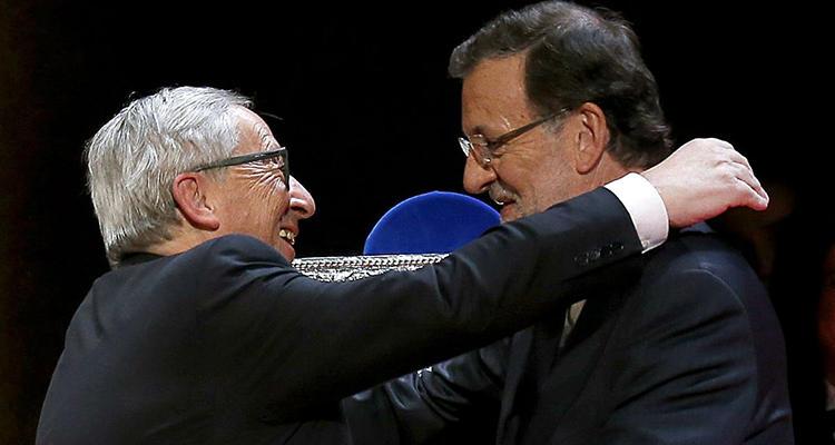 Juncker se abraza con Mariano Rajoy