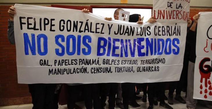 'Felipe González y Juan Luis Cebrián, no sois bienvenidos', lema de la protesta en la UAM