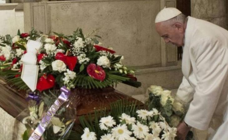 La Iglesia prefiere la sepultura a la cremación