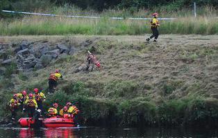 Dos niños sobreviven después de que su padre se tirara con ellos de un puente para matarlos