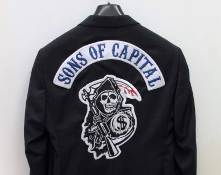 La chaqueta representa a los ejecutivos como pandilleros desalmados