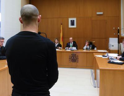 Un hombre apuñala 15 veces a su mujer pero el juez no considera que fuera a matarla porque llamó a urgencias