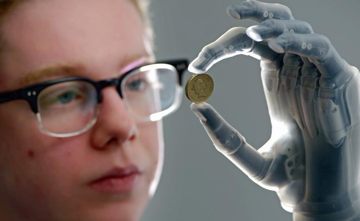 La prótesis permite agarrar objetos que no necesitan mucha presión