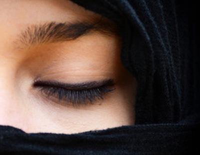 Jóvenes parejas indonesias son azotadas por 'estar demasiado cerca' antes del matrimonio