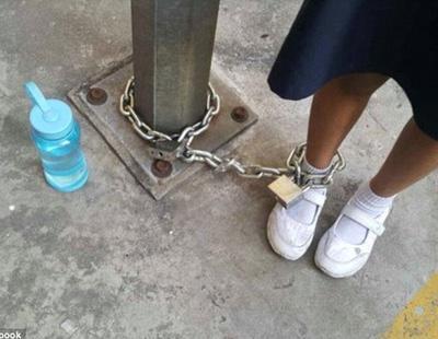 Un madre encadena a su hija de 8 años a una farola como castigo