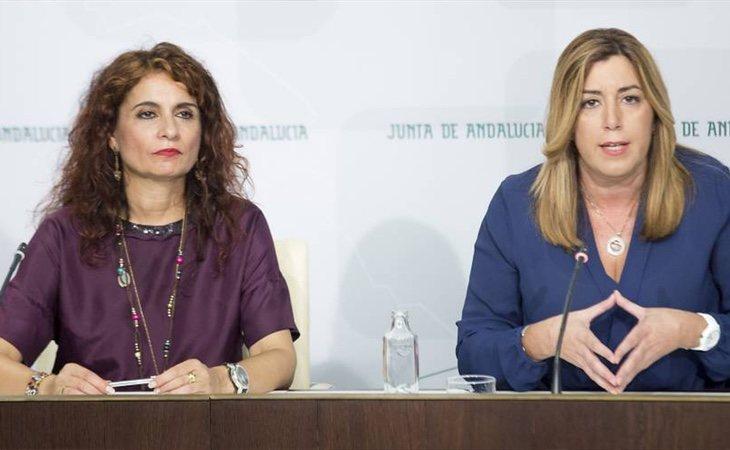 María Jesús Montero (izq) sería la encargada de sustituir a Susana Díaz