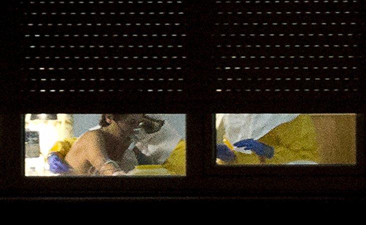 Medios de comunicación y diferentes curiosos se acercaban al hospital para verla por la ventana