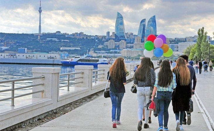 Grupo de mujeres en Baku, capital de Azerbaiyán
