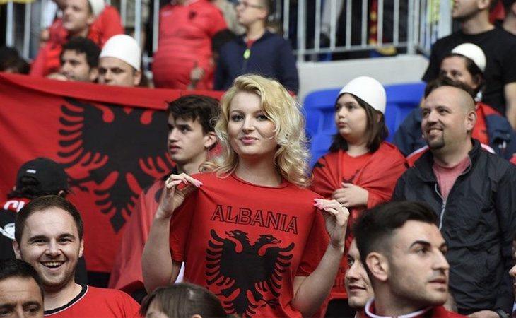 Grupo de seguidores de la selección albanesa