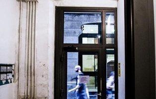 Una inmobiliaria sella un piso 'okupado' y deja tres menores dentro en Barcelona