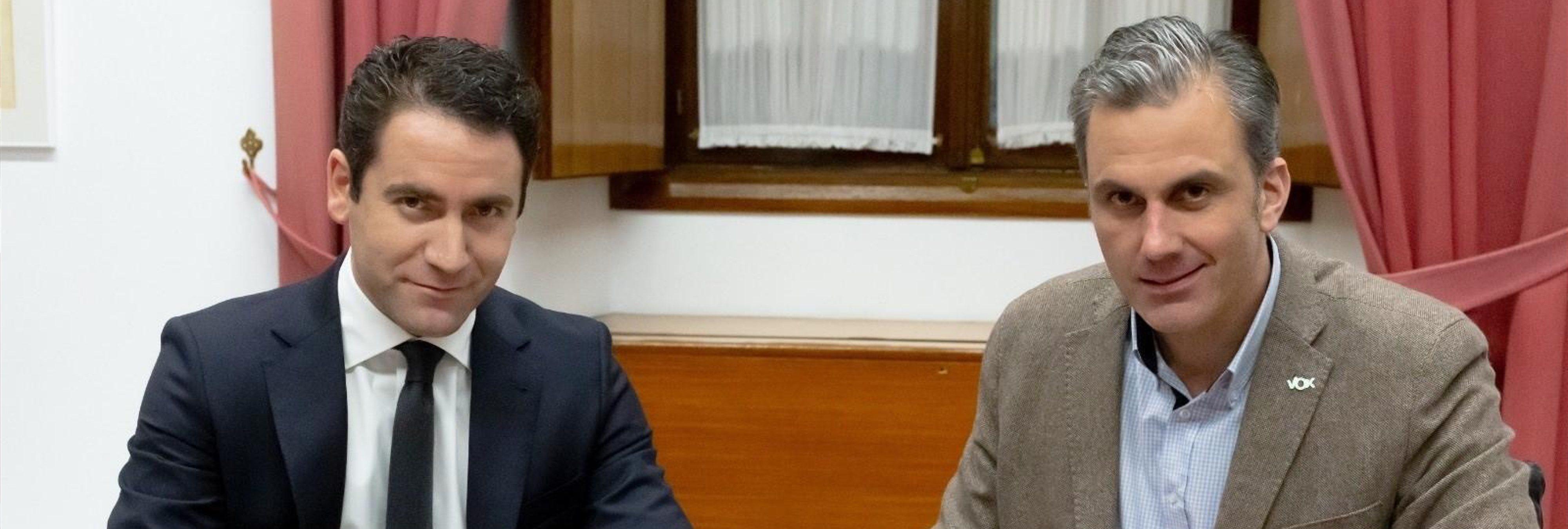 VOX exige expulsar a 52.000 inmigrantes y derogar la Ley LGTBI en su acuerdo de negociación con el PP