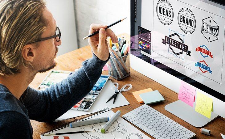 El brand manager planifica la estrategia de marca de una empresa