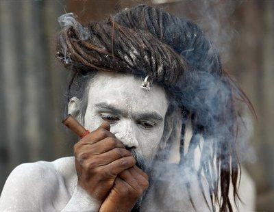 Así viven los Aghoris, la secta que bebe en cráneos humanos, fuma marihuana y no usa ropa