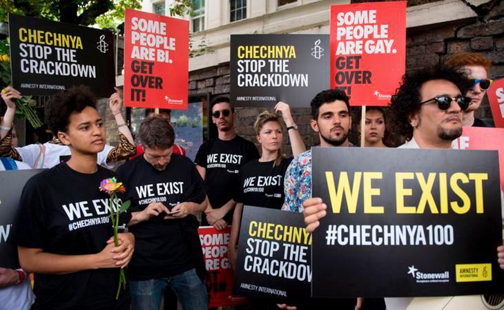 Hay multitud de manifestaciones a favor del colectivo en diferentes embajadas rusas