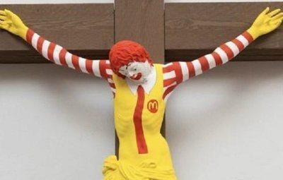 Un museo israelí crucifica a Ronald McDonald y convierte a Bearbie en la Virgen María