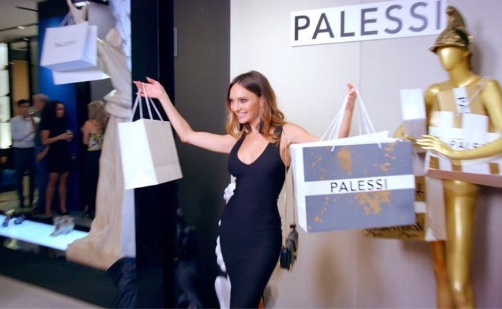 Influencer emocionada en la boutique de lujo falsa