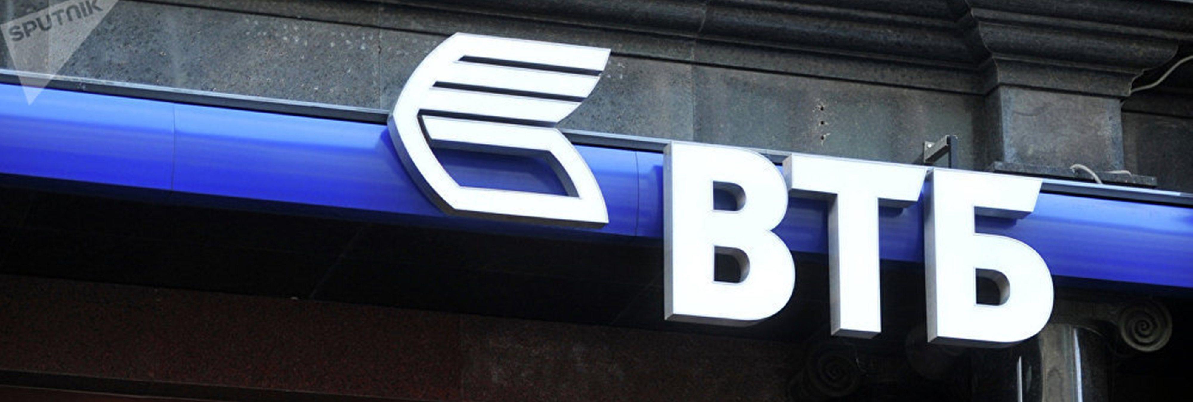 Una mujer hace un striptease en un banco para conseguir un préstamo