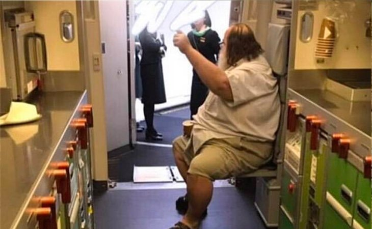 El hombre obligó a la azafata a limpiar su trasero