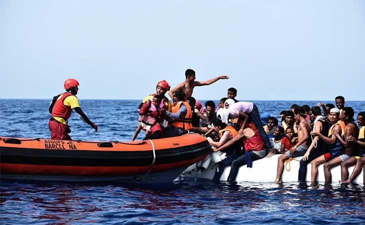 El barco Open Arms procediendo a un rescate