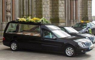"""""""Vivo dentro de un coche fúnebre"""": así es el 'día a día' en el vehículo más creepy"""