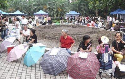 El mercado de solteros en el que los padres intentan 'vender' a sus hijos en China