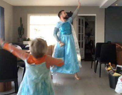 Un padre y un hijo bailan disfrazados de 'Frozen' para romper estereotipos