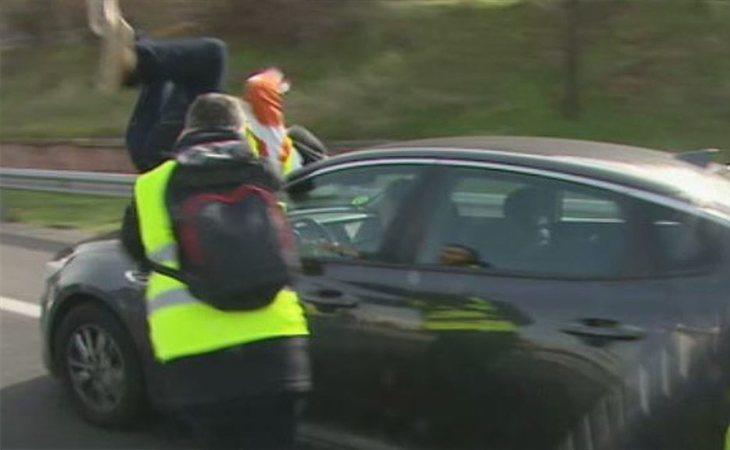 Momento en el que el taxista es arrolado por un VTC tras lanzarse contra él