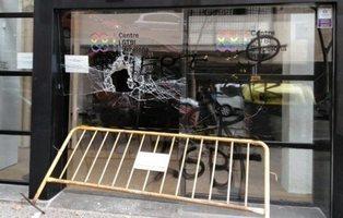 El nuevo centro LGTBI de Barcelona amanece con pintadas y los cristales rotos
