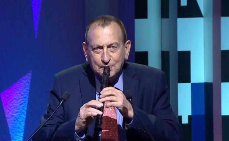 El alcalde de Tel Aviv junto a su flauta