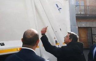 Un cura bendice un camión de la basura ante el gobierno del PP madrileño