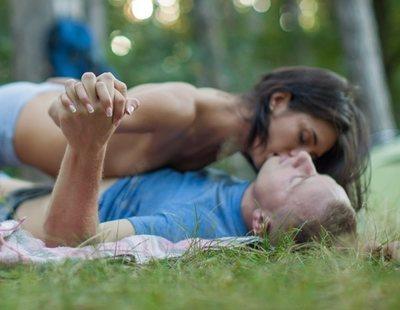 Graban a una pareja teniendo sexo en plena calle ante todos los viandantes