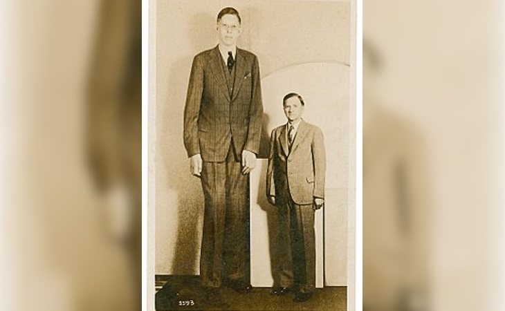 Wadlow junto a su padre